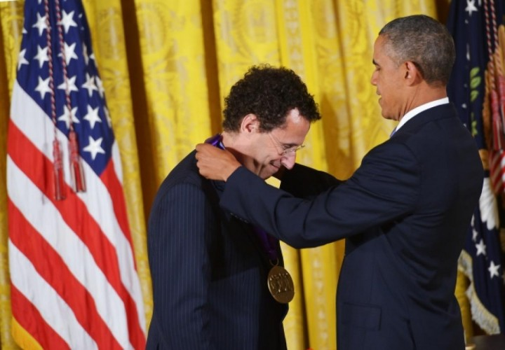 Kushner receiving medal from Obama