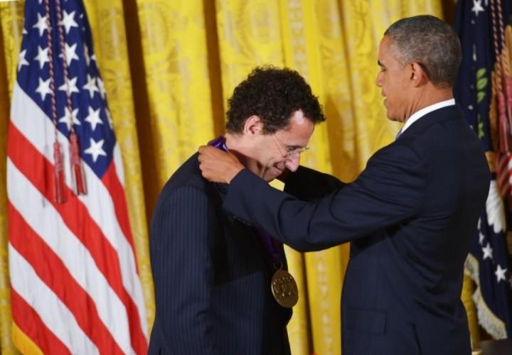 Kushner receiving medal from Obama