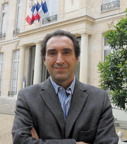 """Bloomberg News reporter Gregory Viscusi '85, '91 SIPA in front of the Elysée, """"the French White House,"""" in October."""